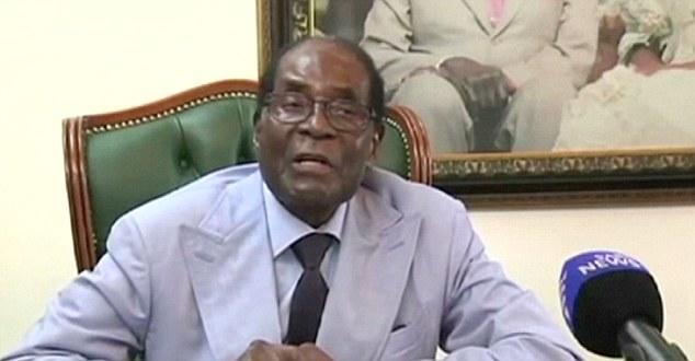穆加贝接受南非国家电视台采访。(图片来源:《每日邮报》)