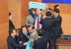 折騰!南韓執政黨與在野黨議員互掐 場面混亂
