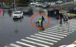 江苏骑电瓶车女子硬闯红灯被辅警阻止,其夫打伤辅警被刑拘