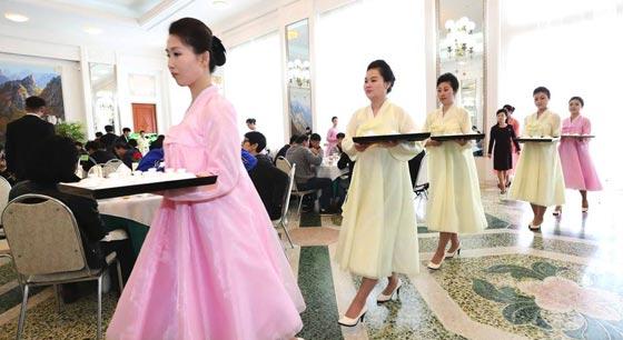 韩艺术团在朝鲜餐馆