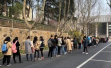 """南京一高校考研学生排800米长龙占座,""""抢座比考上还难"""""""