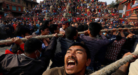 尼泊尔男子合力拉战车巡城庆祝新年