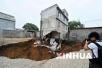 柳州一居民楼发生地陷出现约30㎡大坑 居民已转移