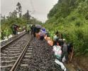 泥石流影响成昆铁路18趟列车运行 抢险正在进行中