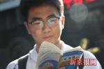 """北京四中考点前 出国学生打出""""必胜""""标语为同学加油"""