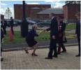 英首相对威廉王子点头屈膝像奴隶?一张照片让英美两国人吵翻了