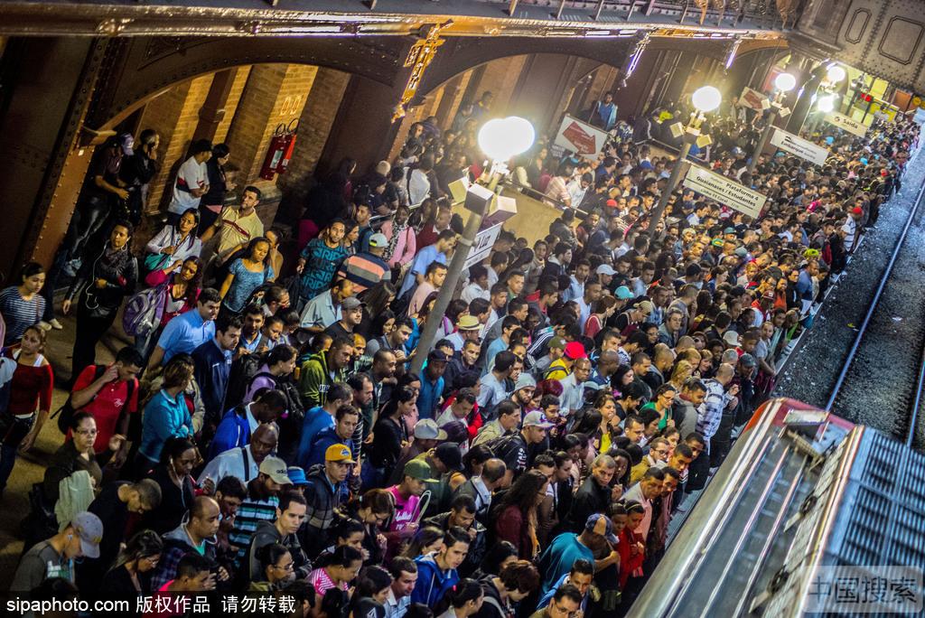 巴西圣保罗火车站客流量巨大 拥挤程度堪比北京地铁早高峰