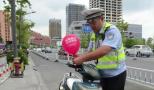"""浙江交警在违停电动车上拴""""警示气球"""",实施一周违停量锐减"""