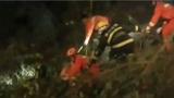 河北承德 货车撞破护栏司机被困 紧急救援