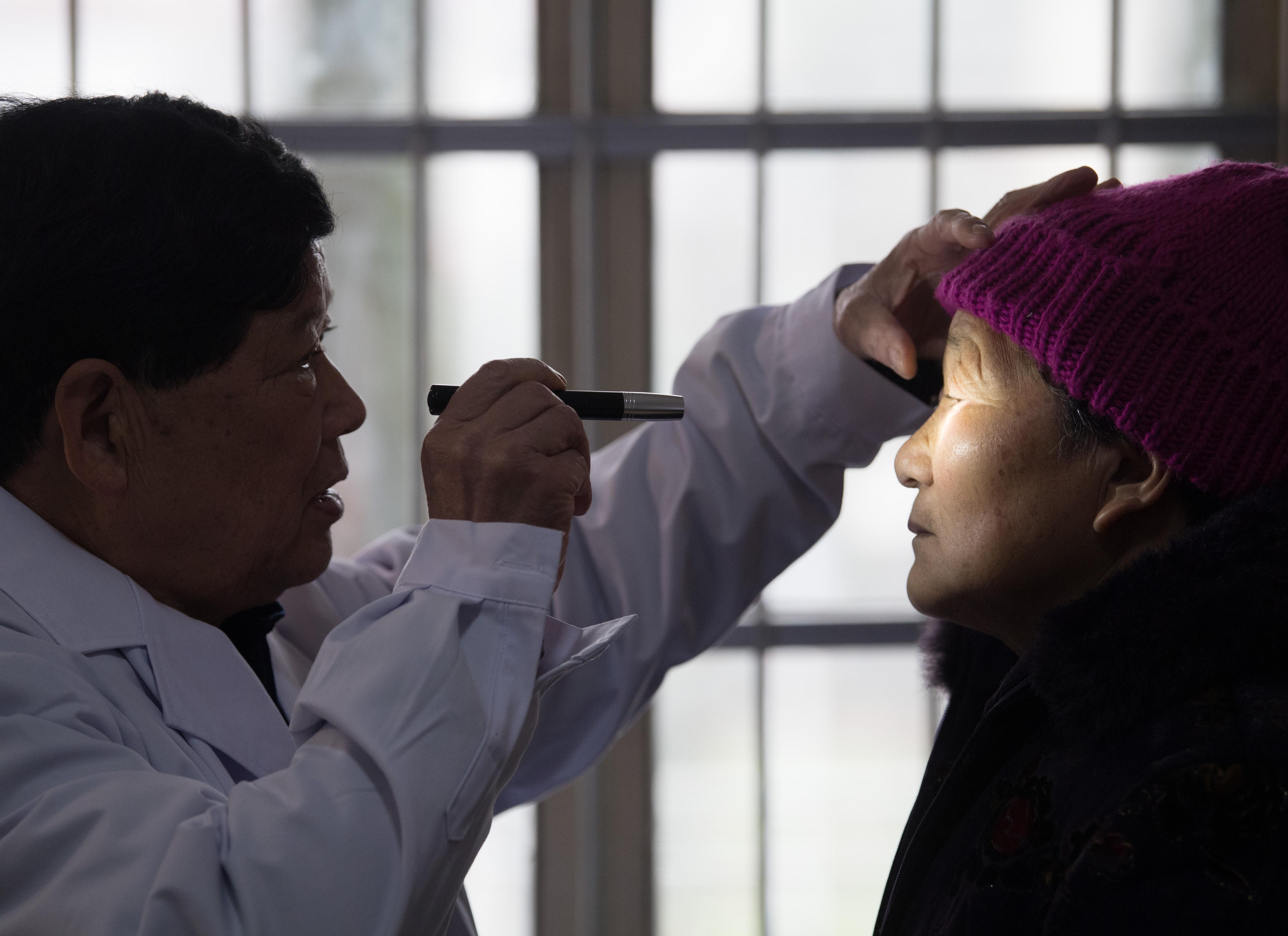 """寒冬里的""""一元村医"""":治愈患者上万名,基本实现小伤小病不出村"""