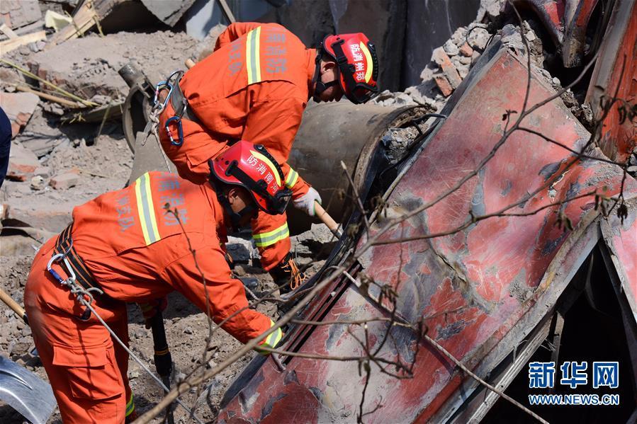 (新华网)(3)河南火车事故致6人失联 200多名搜救人员现场救援