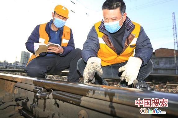 """铁路""""探伤工""""逆行铁道线上 对钢轨检测排隐患"""