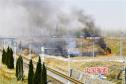 铁路边突发火情 养路人冲向火场全力扑救