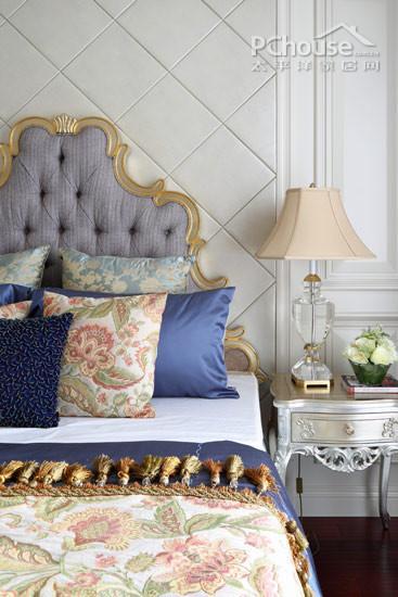 再搭配床头银白色的欧式床头柜和复古床头灯