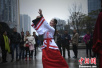 重庆大学生着汉服街头玩快闪吸引民众围观
