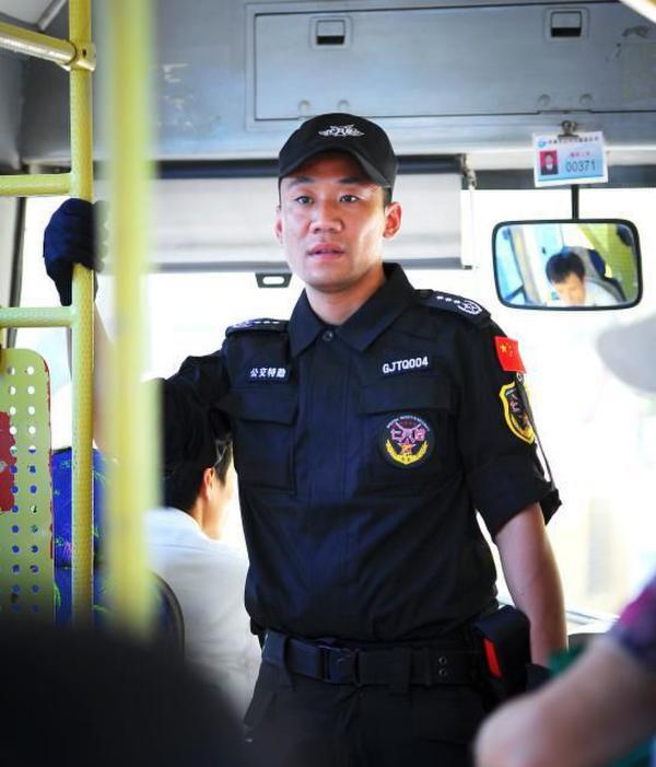 公共汽车上带手套-济南公交车配特勤 200余队员上车执勤高清图片