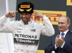 F1车手汉密尔顿夺冠庆祝 朝普京喷香槟