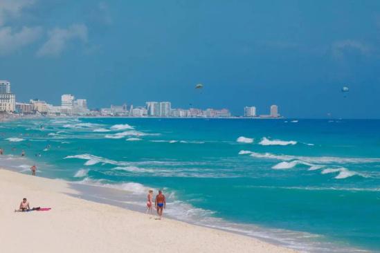 核心提示:说起海滩,你可能只想到了普吉巴厘;说起古城,你可能只想到了吴哥窟;说起色彩,你可能只想到了越南。 说起海滩,你可能只想到了普吉巴厘;说起古城,你可能只想到了吴哥窟;说起色彩,你可能只想到了越南。  墨西哥 而这个国家, 有着全世界最美的海滩之一,碧海白沙却甚少国人涉足; 有着世界上最古老的文明古迹,水下古城神秘莫测; 有着鲜为人知却色彩斑斓的城市,街头艺术家充满活力  墨西哥 绝美海滩、水下古城、七彩小镇、美食之都,这个北美的国家有着鲜有人抵达的景色,却因为陌生感与刻板印象而从未被列入旅行的清