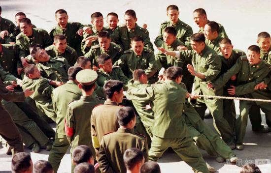 核心提示:过年大家都在团员的时候,军人却多在离家千里的哨所岗位上坚守。虽然不能和亲人团聚,但是和战友们在一起度过春节也是快乐的。2014年1月29日,驻守在三沙市的公安边防支队士兵来到西沙石岛,高举五星红旗拜年。三沙边防士兵坚守岗位,在哨位上迎接新年。  过年大家都在团员的时候,军人却多在离家千里的哨所岗位上坚守。虽然不能和亲人团聚,但是和战友们在一起度过春节也是快乐的。图为2014年1月29日,驻守在三沙市的公安边防支队士兵来到西沙石岛,高举五星红旗拜年。三沙边防士兵坚守岗位,在哨位上迎接新年。 (蔚涛