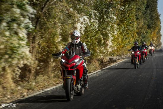 有雾霾,泛黄的树木和路边植被,骑着摩托车,这画面有点醉人.-
