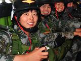 第38集团军特战旅女特种兵开展伞降训练