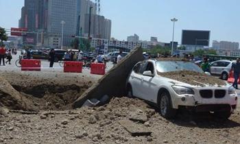 路面突然炸裂殃及车辆