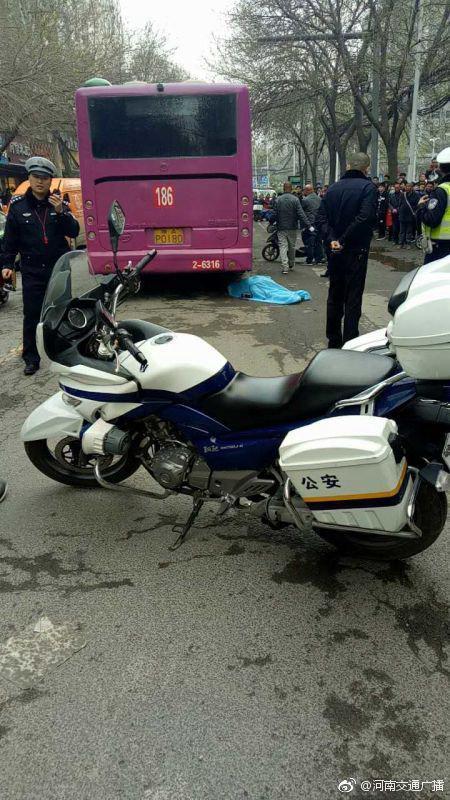 郑州女子骑车被车门撞倒后 遭公交碾压身亡