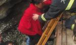 外地轻生女走进大海 大连消防堤坝上搭起6米长梯救出