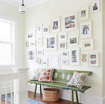 灰白色的墙体搭配白色,很符合春天明媚的空间基调。是不是乍看之下不觉得这似灰白,倒隐隐透出一点青绿。夹杂在白色中间,搭配绿色的木质复古长凳,民族系灰色地毯,藤编收纳篮,一派春日明媚。