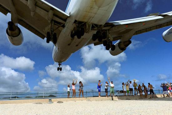 波音747飞机贴着游客头顶飞过海滩-中国搜索导航