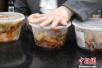 """西安一高校食堂推""""官方外卖"""" 大学生兼职送餐"""