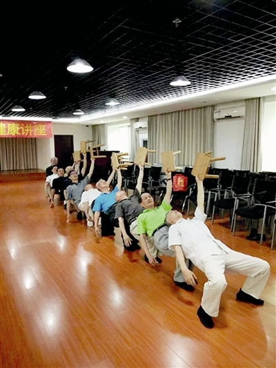 杭州 古荡/杭州现老爷们舞蹈队16位队员平均年龄72岁