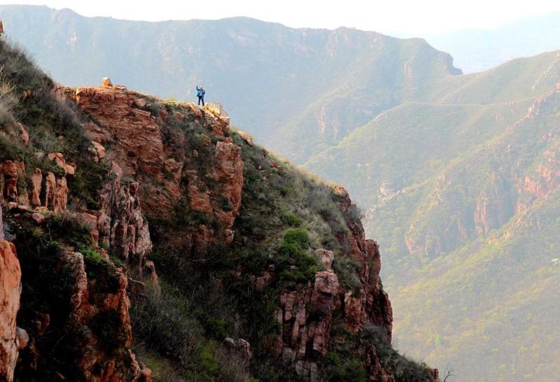 4月20日,游客在新密伏羲山景区游览。以伏羲文化和红石大峡谷著称的该景区,距省会郑州仅30公里。其峡谷风情、流泉飞瀑、丹霞石林等生态地貌,堪称中原一绝。