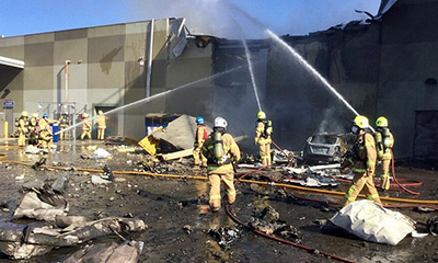 飞机坠毁澳洲购物中心