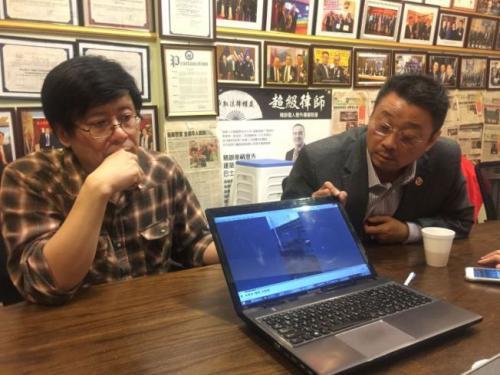 程吉米(左)在展示自己获得的视频资料。(美国《世界日报》记者黄伊奕/摄影)