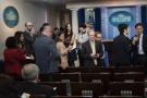 特朗普与媒体正式开撕!白宫封杀两媒体引发行业炮轰