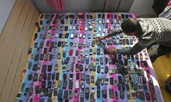 男子收藏3000部手机