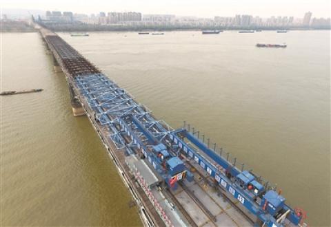 南京長江大橋開始鋪設橋面