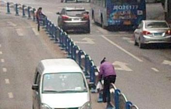 贵州织金:不走过街天桥 横穿道路很危险