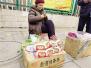 八旬老太太郑州街头做虎头鞋售卖:这样不问儿女要钱了