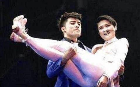 5.李宇春被男舞伴的一个公主抱,成了当天的一个高潮.图片