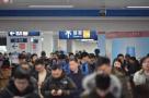 挤上去脸都快贴玻璃上了,杭州地铁创客流新高