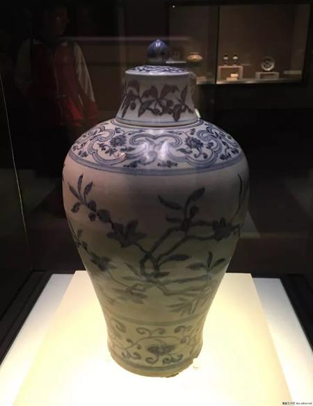 明永乐-青花竹桃纹带盖梅瓶-国家博物馆藏。