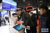 北京国际金融博览会开幕 参观者博览会上与智能型服务机器人互动