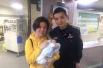 """感动!婴儿被人遗弃 温州泰顺值班民警充当""""奶爸""""一路守护"""