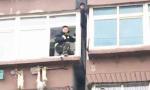 男孩6楼窗口坠落 幸被4楼防水檐夹住最终获救