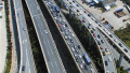 小长假东部道路交通持续拥堵 车流量大且事故多发