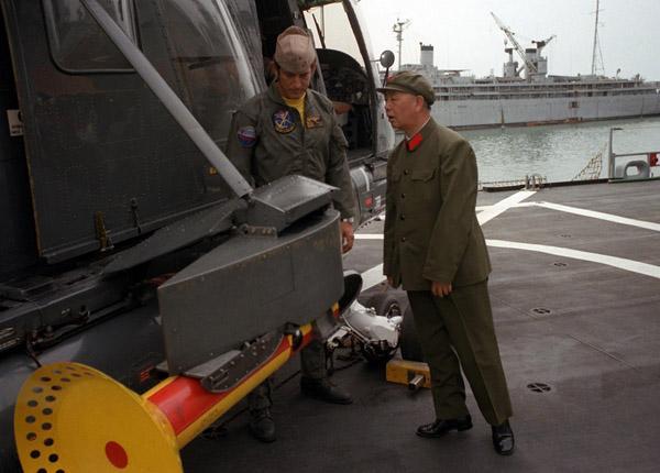 刘华清观看SH-2多用途直升机