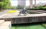 """杭州一高校学生团队研发""""爬楼快递机器人"""",一分钟爬一层楼"""
