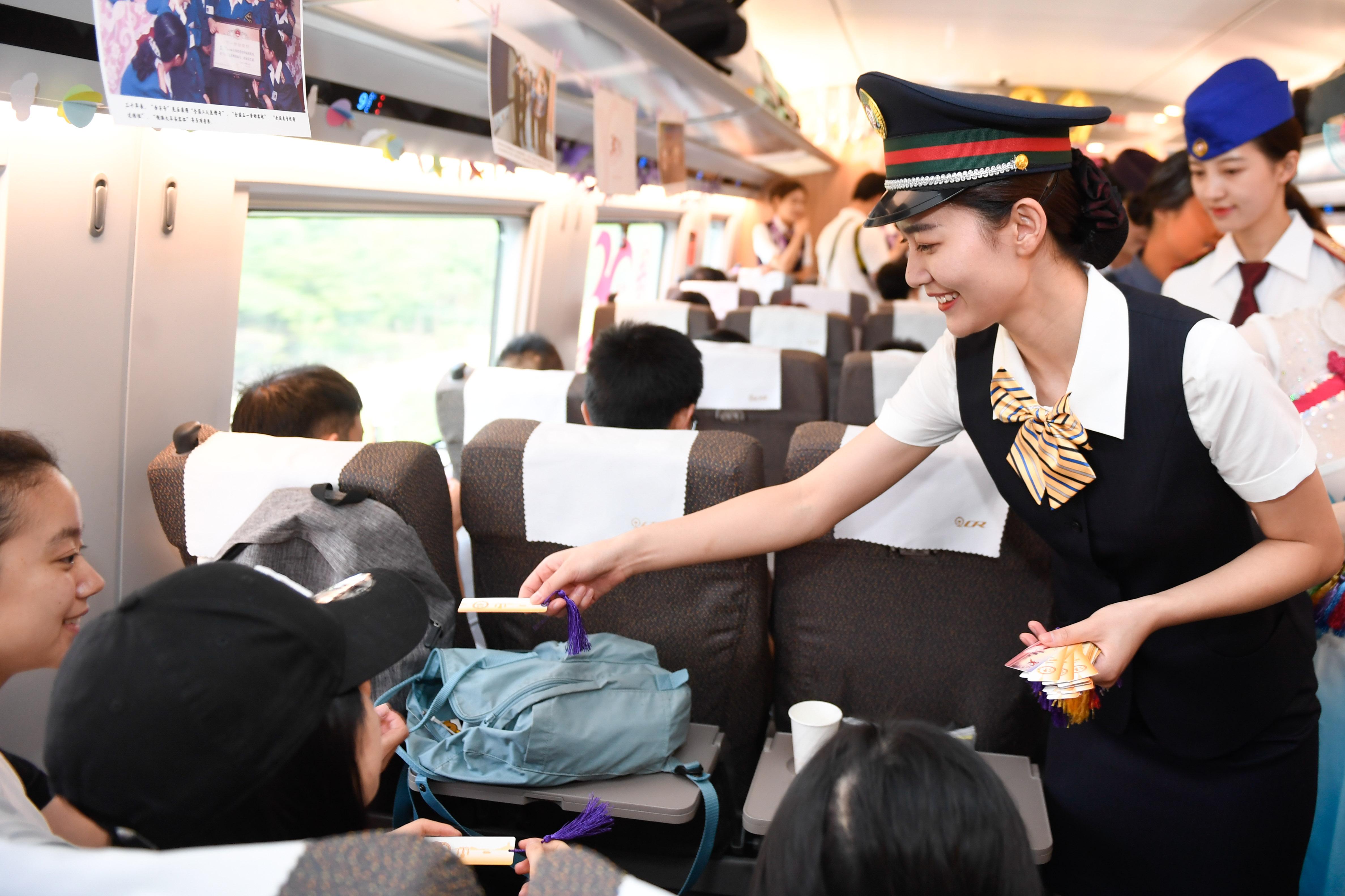 """杭州""""西子号""""热情服务旅客30载 见证中国铁路发展"""